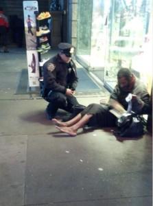 policijas virsnieks sagada bezpajumtniekam jaunas kurpes